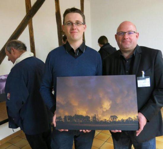 Olivier Renard, président de Météo Centre, et Damien Brossard, vice-président, montrent une photo prise à Levroux